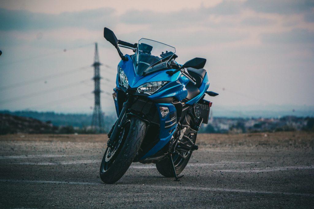Blå motorsykkel på vei